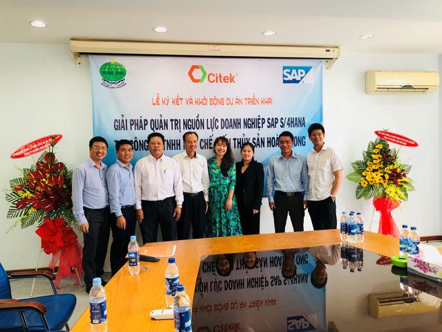 Ông Nguyễn Công Tẩn – TGĐ CITEK và bà Phạm Thúy An – TGĐ Hoàng Long Seafood ký kết kế hoạch triển khai.